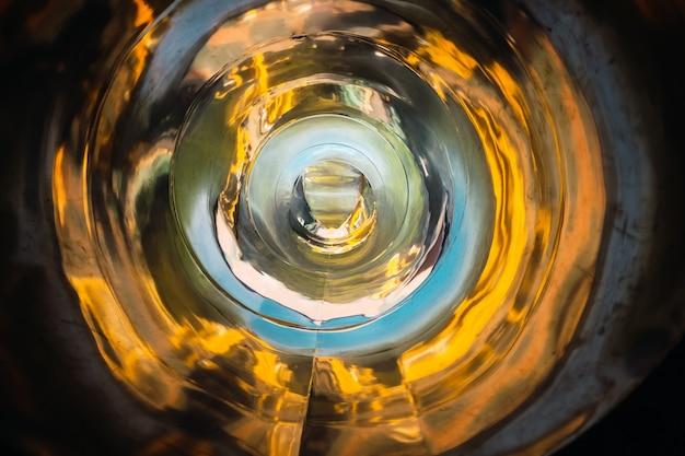 De abstracte achtergrond van de buisvorm met convergerende metaalreflecties.
