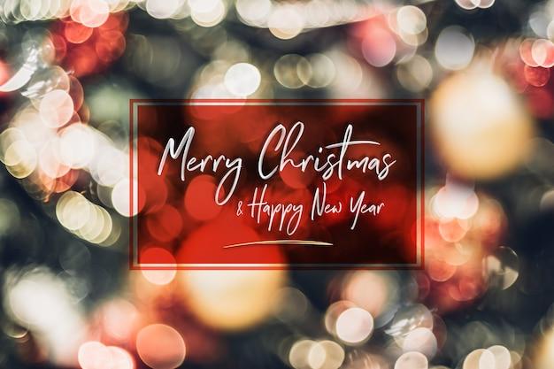 De abstracte bal van de onduidelijk beelddecoratie en licht koord op kerstmisboom met bokeh lichte achtergrond