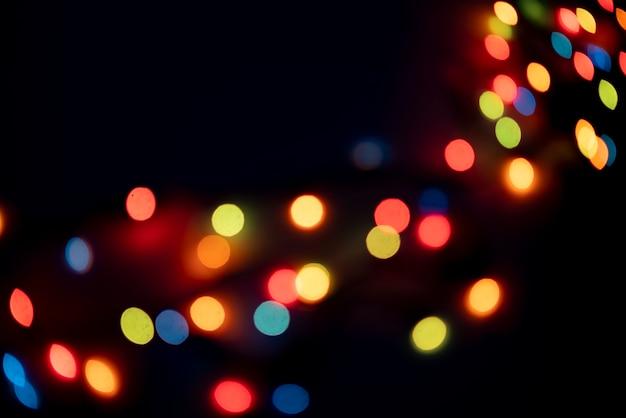 De abstracte kleurrijke bokehlichten van slinger op de feestviering