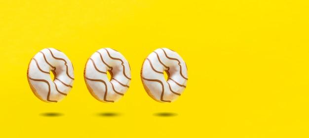 De abstracte zoete heerlijke donut geïsoleerd op kleur achtergrond
