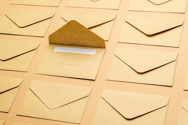 De achtergrond bestaat uit gesloten postenveloppen en één open envelop.