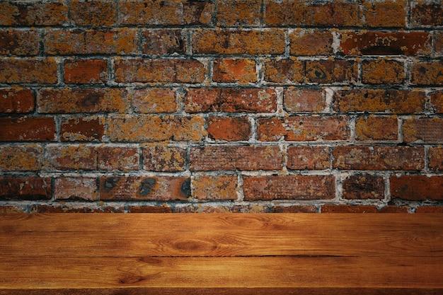 De achtergrond is blanco houten planken en een getextureerde bakstenen muur met verlichting en vignettering