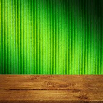 De achtergrond is blanco houten planken en een getextureerde gestreepte muur met gradiëntverlichting en vignettering. voor productdemonstraties, vrije ruimte, lay-out, mockup, perspectiefbord, achtergrondbord. Premium Foto