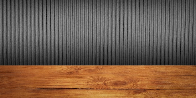 De achtergrond is blanco houten planken en een getextureerde gestreepte muur