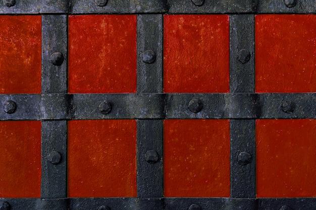 De achtergrond is geschilderd met rode verf met metalen balken en klinknagels.