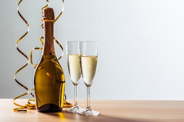 De achtergrond van de de vooravondviering van nieuwe jaren met champagne