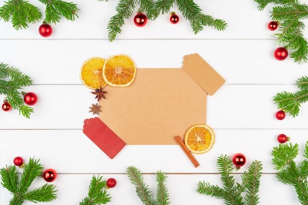 De achtergrond van de kerstmisgroetkaart met exemplaarruimte op witte houten achtergrond