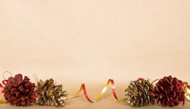 De achtergrond van de kerstmissamenstelling, kerstmisgift, denneappels, hoogste vlakke mening, legt, kopieert ruimte