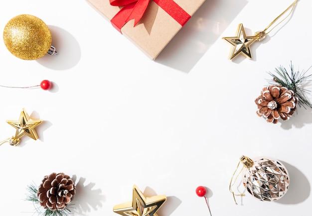 De achtergrond van de kerstmissamenstelling met decoratie en gift boxe op witte achtergrond. winter, nieuwjaar concept. plat lag, bovenaanzicht, kopie ruimte.