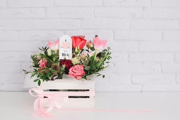 De achtergrond van de moedersdag met bloemen in doos