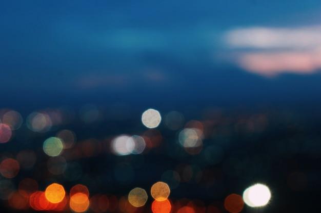 De achtergrond van de stad waar wazige lichten vervagen.