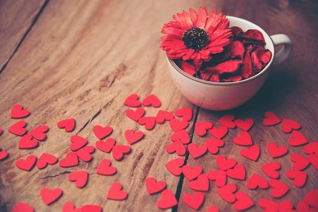 De achtergrond van de valentijnskaartendag met harten en bloem