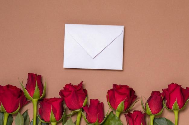 De achtergrond van de valentijnskaartendag, naadloze naakte achtergrond met rode rozen, bericht