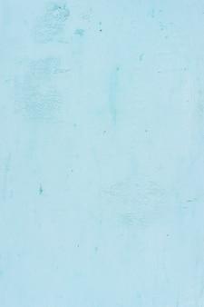 De achtergrond van het pastelblauwe gips is opvallend, mooi en eenvoudig.