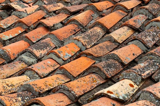 De achtergrond van oude dakpannen.