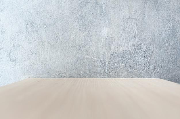 De achtergrondmuur is gepleisterd met grijze poetsmiddel op het houten oppervlak. voor plaatsing van werkstukken om te presenteren