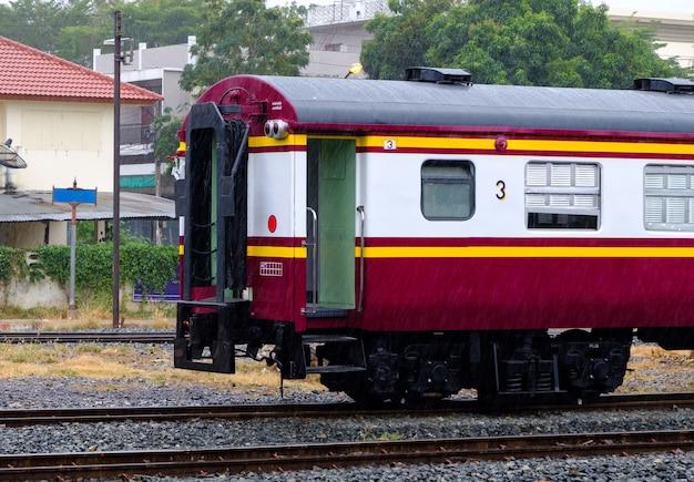 De achterkant van het draaistel derde klas rijtuig van de gewone trein op het erf van het stadsstation