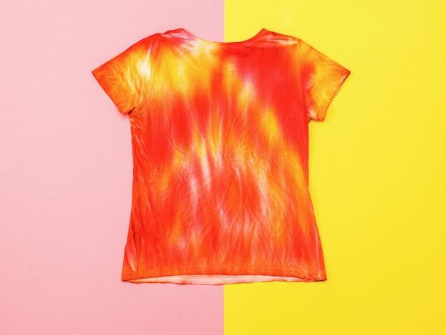 De achterkant van het t-shirt in de stijl van tie-dye