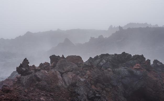 De actieve lavastroom van een nieuwe krater op de hellingen van vulkanen tolbachik