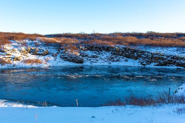 De adembenemende winterlandschappen van ijsland. rivier met stukjes ijs