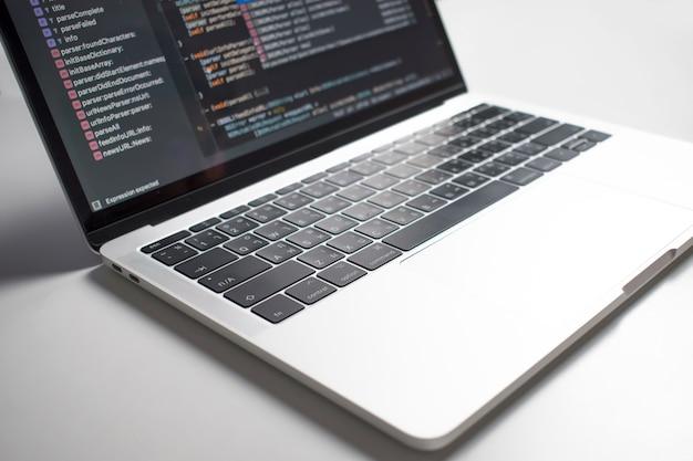 De afbeelding laat zien dat de codeontwikkelaars een computerscherm op een witte tafel hebben gemaakt.