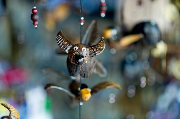 De afbeelding van een buffel gemaakt van hout is een sieraad. natuurlijk concept met exemplaarruimte