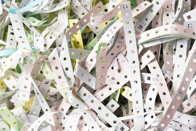 De afgedankte papierranden van kettingpapier met kettingpapier, recyclen of hergebruiken voor schokbestendig materiaal