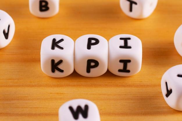 De afkorting kpi of key performance indicator bestaat uit witte plastic blokken.