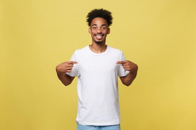 De afrikaanse amerikaanse mens in het toevallige witte overhemd heeft opgewekt kijkt