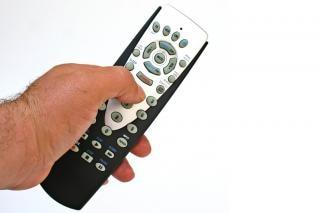 De afstandsbediening in de hand geïsoleerde