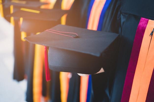 De afstuderende studentengroep droeg een zwarte hoed, zwarte hoed, bij de diploma-uitreiking aan de universiteit.