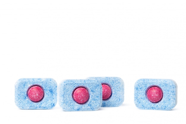 De afwasmachinetabletten op een witte achtergrond isoleren