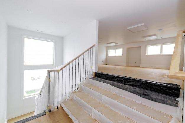 De afwerking van de constructie detailleert nieuw huis voordat het interieur gipsplaatband wordt geïnstalleerd