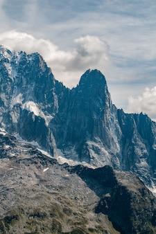 De aiguilles des drus naast de aiguille verte boven chamonix vallei met wolken en blauwe lucht