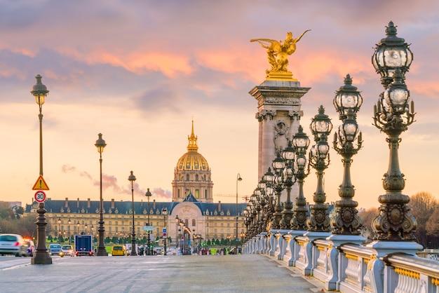 De alexander iii-brug over de rivier de seine in parijs, frankrijk bij zonsopgang