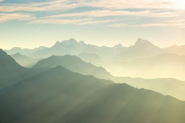 De alpen in zachte achtergrondverlichting. gestemde bergketen van het nationale park massif des ecrins, frankrijk.