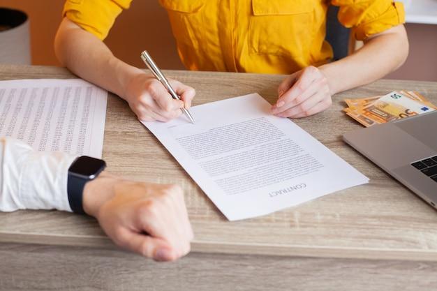 De ambtenaar ontvangt steekpenningen om de ondertekening van het contract te vergemakkelijken