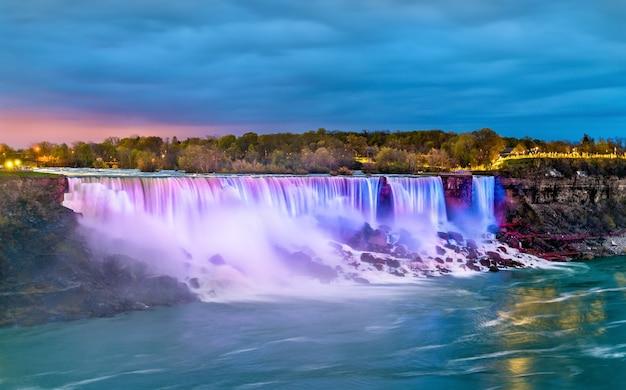 De american falls en de bridal veil falls bij niagara falls gezien vanaf de canadese kant