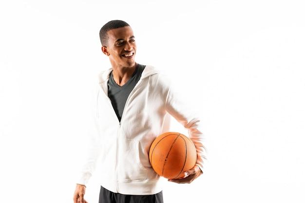 De amerikaanse mens van de afro amerikaanse basketbalspeler over geïsoleerde witte achtergrond