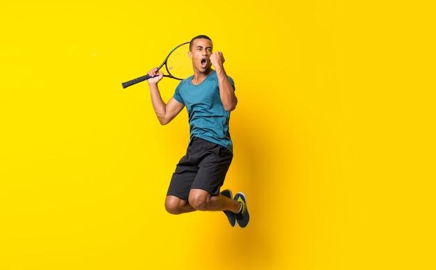 De amerikaanse mens van de afro amerikaanse tennisspeler over geïsoleerde geel