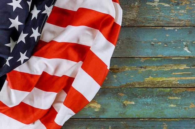 De amerikaanse vlag van memorial day op de oude houten nationale feestdagen van de vs van het raadspatriottisme