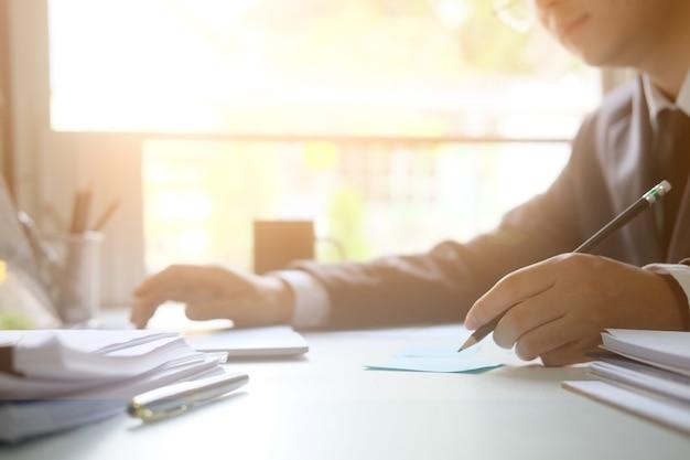 De analysegegevens die van de zakenman aan lijst met ochtendlicht werken.