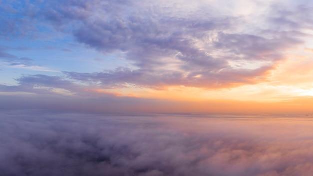 De andere kant van de hemel, oranje dageraad boven de wolken, luchtfoto.