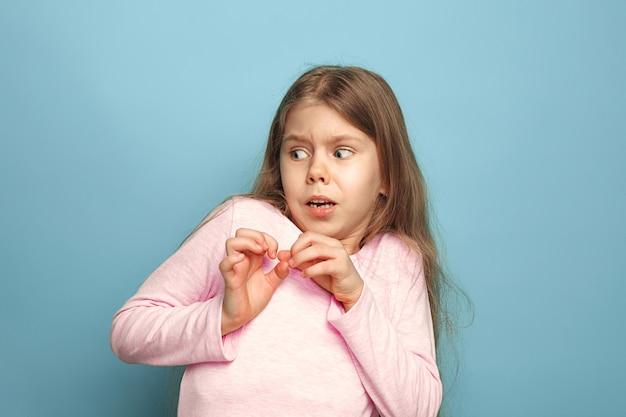 De angst. tiener meisje op een blauw. gezichtsuitdrukkingen en mensen emoties concept