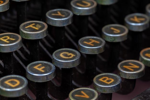 De antieke close-upfoto van schrijfmachinesleutels - uitstekend oud detail van de schrijfmachinemachine