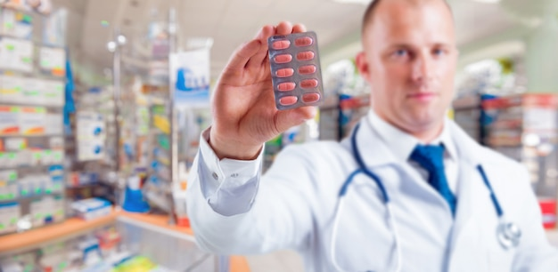 De apotheker geeft advies over medicijnen.