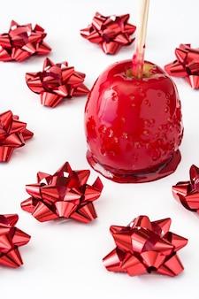 De appelen van suikergoedkerstmis die op wit worden geïsoleerd
