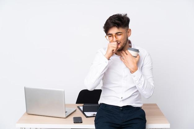 De arabische mens in een bureau op witte muur lijdt aan hoest en voelt zich slecht