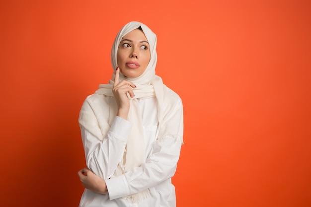 De arabische vrouw in hijab