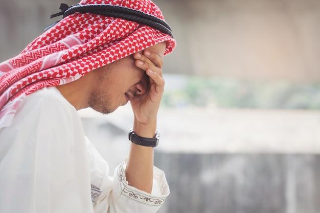 De arabische zakenman is teleurgesteld van het verliezen in beurs, economisch crisisconcept